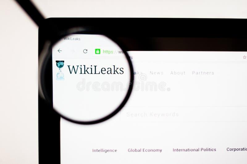 Kiev Ukraina - april 6, 2019: Wikileaks website Det är en internationell icke-kommersiell organisation som publicerar hemlig info stock illustrationer