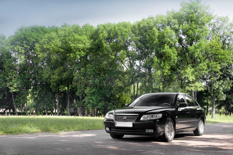 Kiev Ukraina - Augusti 6, 2018: Hyundai prakt i skogen p? v?gen arkivbilder