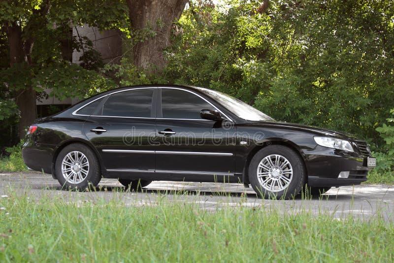 Kiev Ukraina - Augusti 6, 2018: Hyundai prakt i skogen p? v?gen arkivfoto
