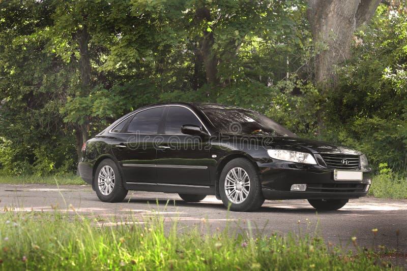 Kiev Ukraina - Augusti 6, 2018: Hyundai prakt i skogen p? v?gen royaltyfri foto
