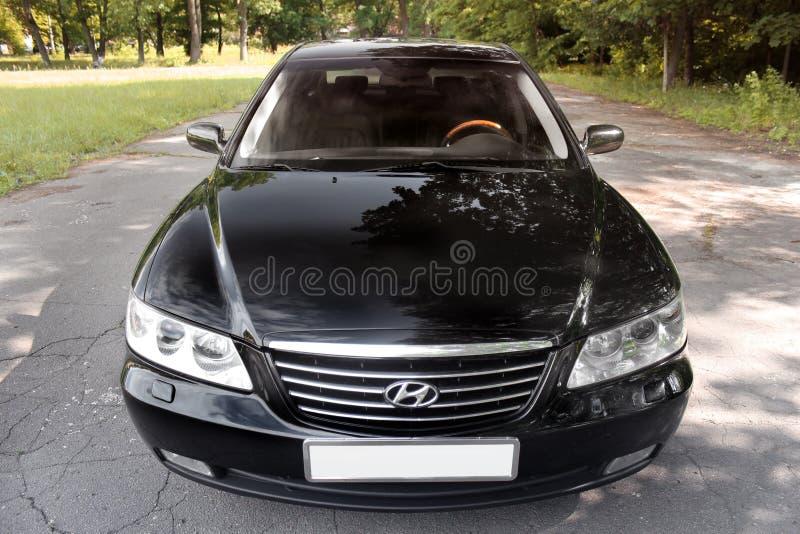 Kiev Ukraina - Augusti 6, 2018: Hyundai prakt i skogen p? v?gen arkivfoton