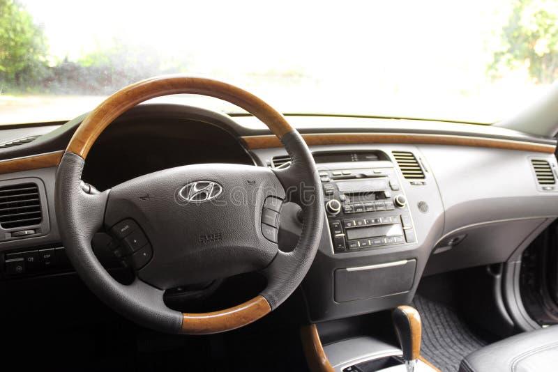 Kiev Ukraina - Augusti 6, 2018: Hyundai prakt Sikt av inre av en modern bil som visar instrumentbrädan royaltyfri bild