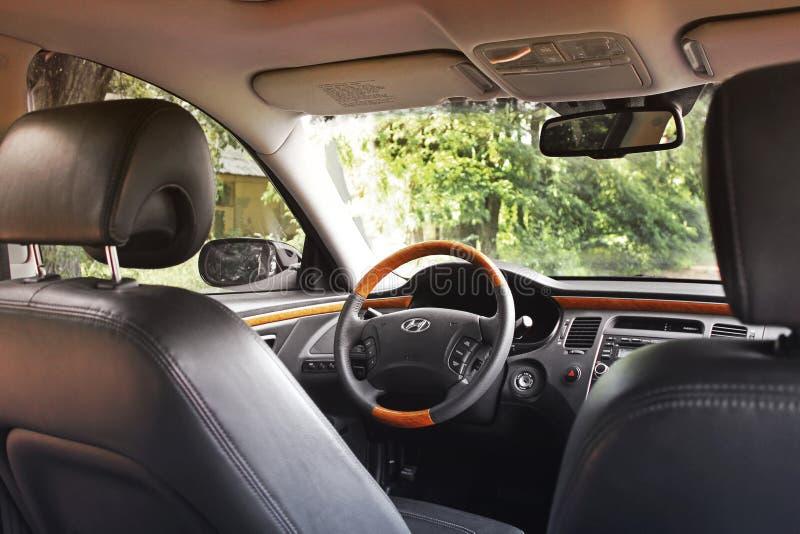 Kiev Ukraina - Augusti 6, 2018: Hyundai prakt Sikt av inre av en modern bil som visar instrumentbr?dan arkivfoto