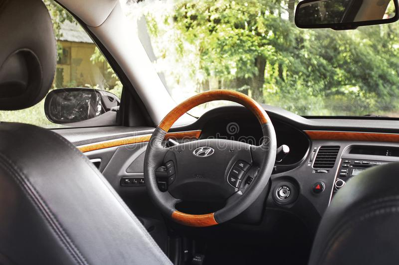 Kiev Ukraina - Augusti 6, 2018: Hyundai prakt Sikt av inre av en modern bil som visar instrumentbr?dan royaltyfria foton