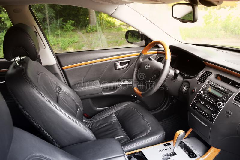 Kiev Ukraina - Augusti 6, 2018: Hyundai prakt Sikt av inre av en modern bil som visar instrumentbr?dan royaltyfri fotografi