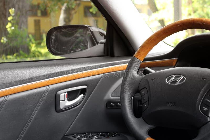 Kiev Ukraina - Augusti 6, 2018: Hyundai prakt Sikt av inre av en modern bil som visar instrumentbr?dan arkivfoton