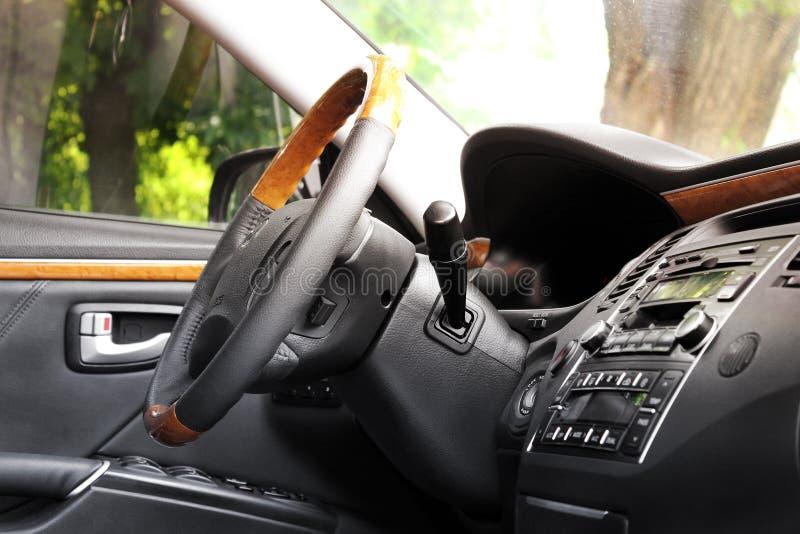 Kiev Ukraina - Augusti 6, 2018: Hyundai prakt Sikt av inre av en modern bil som visar instrumentbr?dan royaltyfri bild