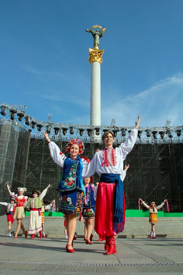 Kiev Ukraina, 29 05 2011 dansare en grabb och en flicka i ett par i nationella ukrainska dräkter på etapp royaltyfri fotografi