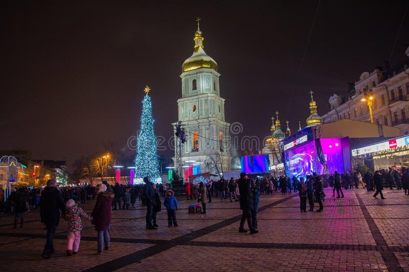 Kiev Ukraina - December 30, 2018: Folk på Sofia Square nära den huvudsakliga julgranen royaltyfria foton