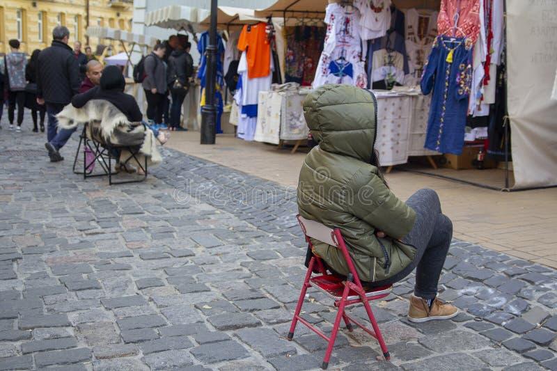 Kiev Ukraina - December 30, 2018: Turister n?ra m?ssan p? den Andreevsky nedstigningsgatan arkivfoto