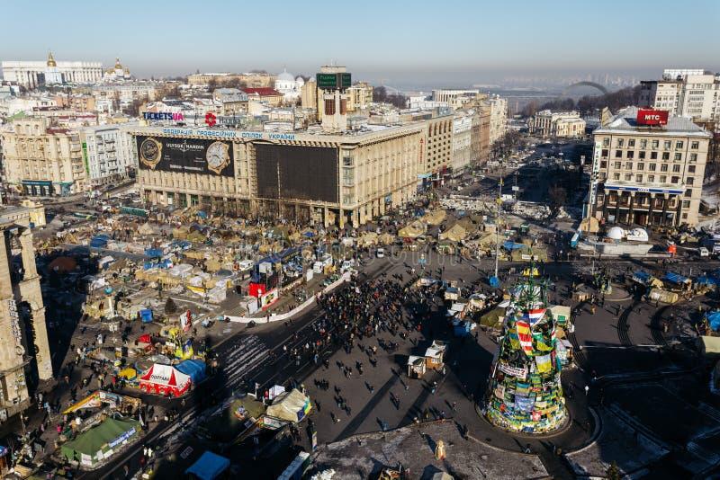 Kiev Ukraina - Februari, 2014 - bästa sikt av självständighetfyrkanten med tält under Maidanen i Kiev, Ukraina på vinterdagen arkivbilder