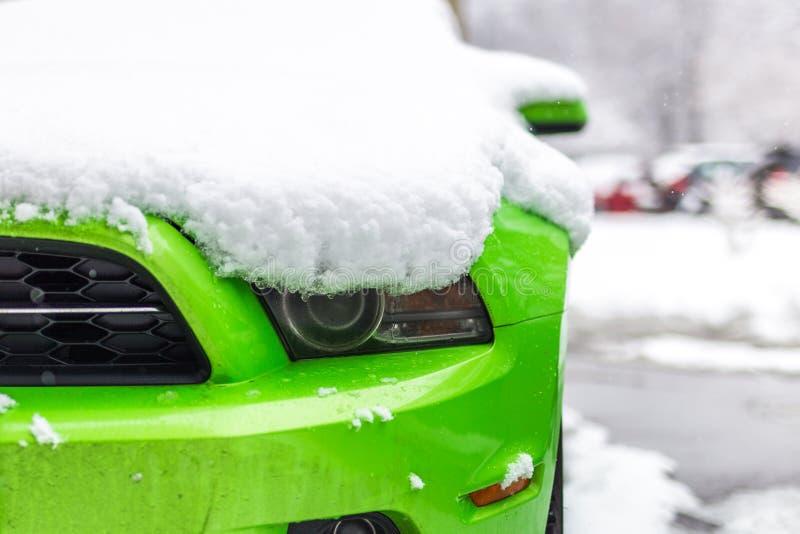 Kiev Ukraina - Februari 09 2018: Kraftig Ford Mustang Boss upplaga parkerat utomhus- under-snöfall på den ljusa vinterdagen fotografering för bildbyråer