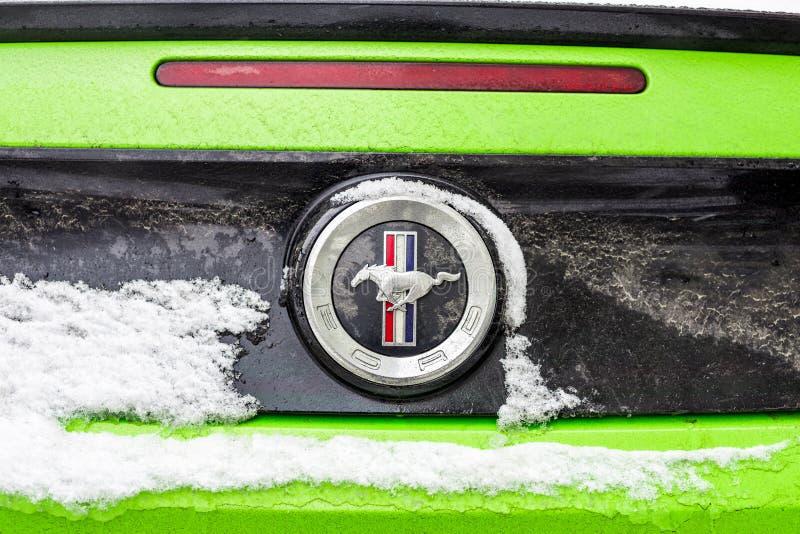 Kiev Ukraina - Februari 09 2018: Kraftig Ford Mustang Boss upplaga parkerat utomhus- under-snöfall på den ljusa vinterdagen arkivfoto