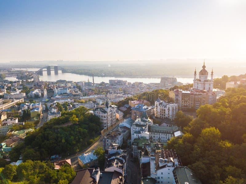 KIev Ukraina flyg- sikt till den Andriyivskyy nedstigningen, Podil, kyrka för StAndrew ` s, flod Dnepr arkivfoton