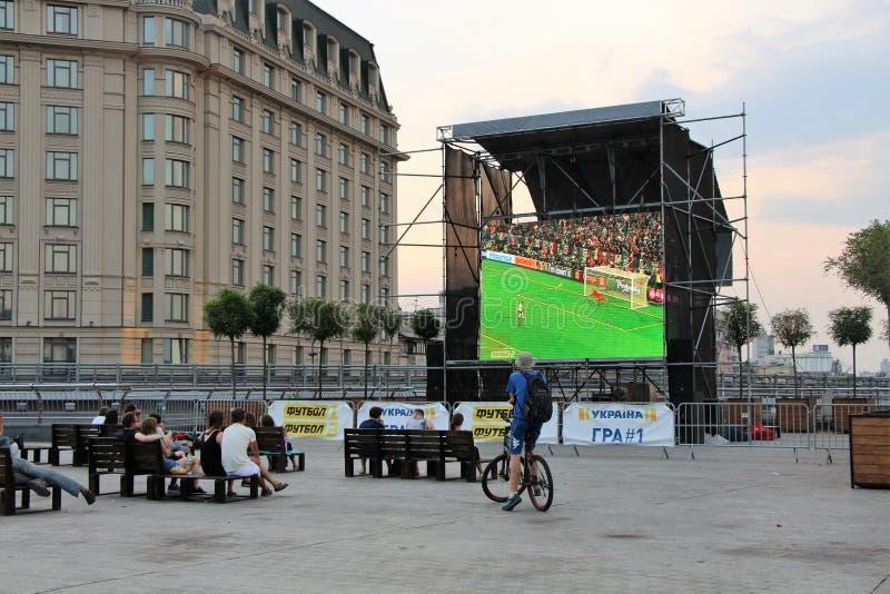 Kiev Ukraina Folk som håller ögonen på en fotbollsmatch på gatan royaltyfri fotografi