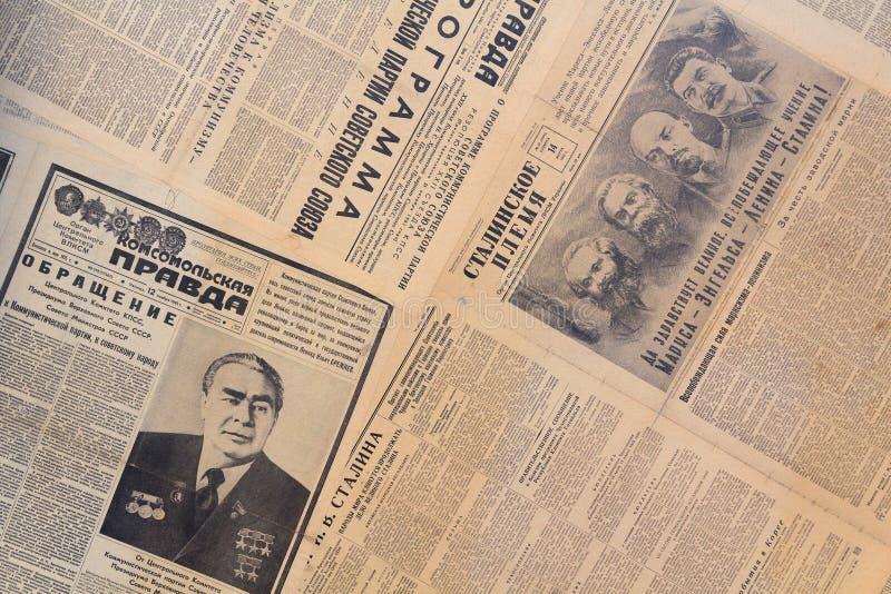 Kiev Ukraina - Januari 2018: Val av sovjetiska tidningar med foto arkivfoto