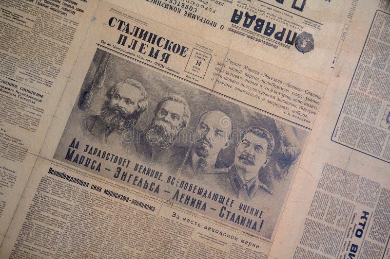 Kiev Ukraina - Januari 2018: Val av sovjetiska tidningar med foto arkivbilder