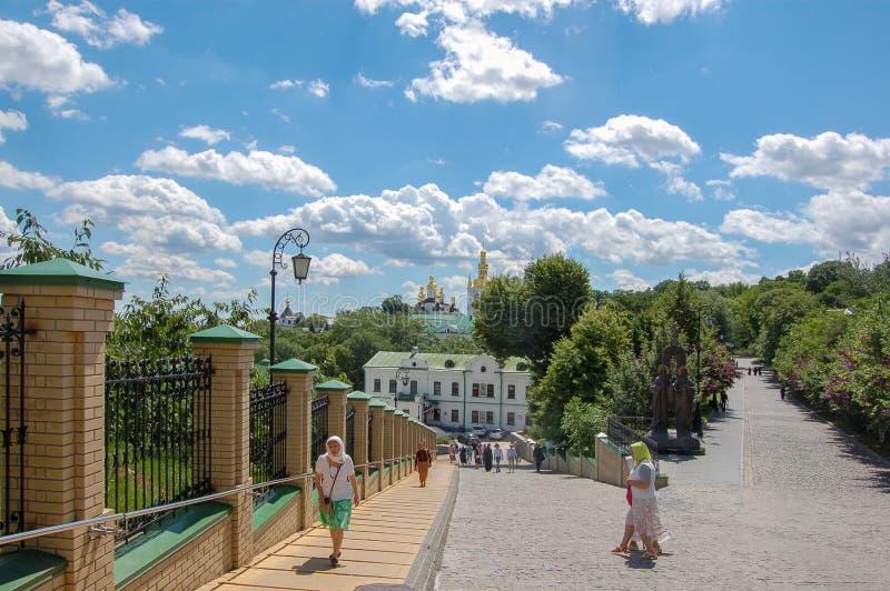 Kiev Ukraina 02 jule 2017 Kieven Pechersk Lavra är ett gemensamt namn för ett helt komplex av domkyrkor, klockatorn, kloster royaltyfri bild