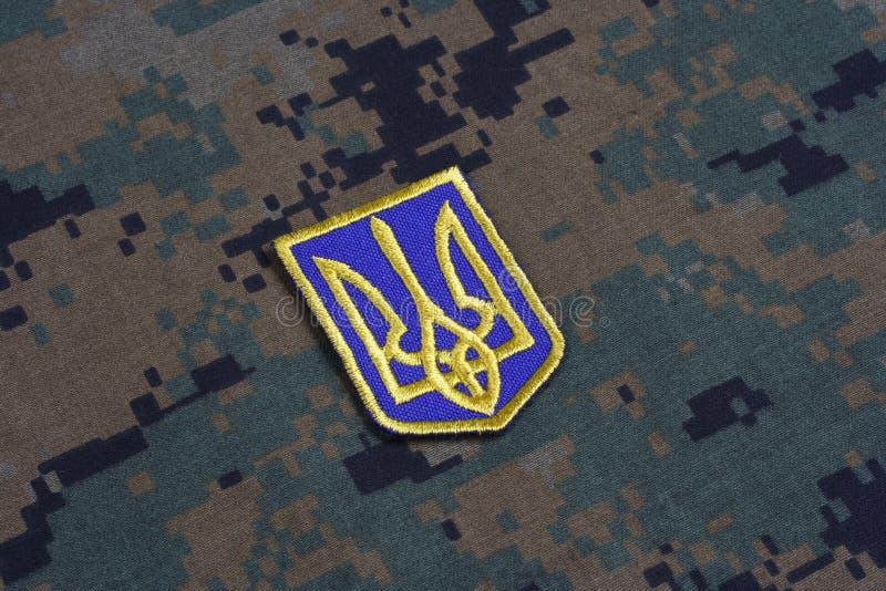 KIEV UKRAINA - Juli, 16, 2015 Enhetligt emblem för Ukraina armé royaltyfria bilder