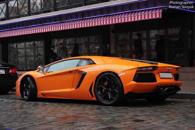 Kiev Ukraina; Juli 3, 2013; Lamborghini Aventador på gatorna Apelsin Bilen i regnet arkivfoton