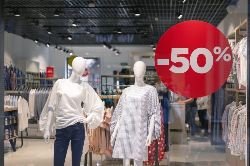 Kiev Ukraina - Juli 6, 2019: Signagen av sommar Sale i shoppar fönstret i uttagby kallade Manufaktura Shoping mittblickar fotografering för bildbyråer
