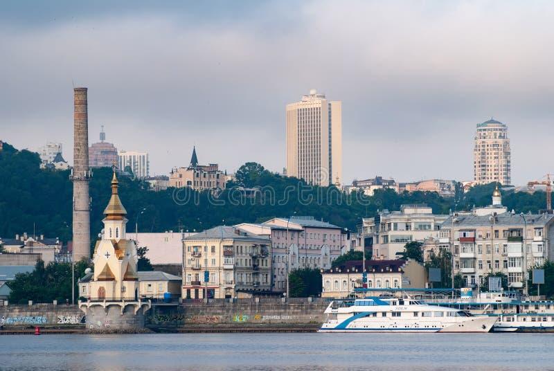 Kiev Ukraina-Juli 01, 2018: sikten av staden från floden, mitten av Gordes, royaltyfri foto