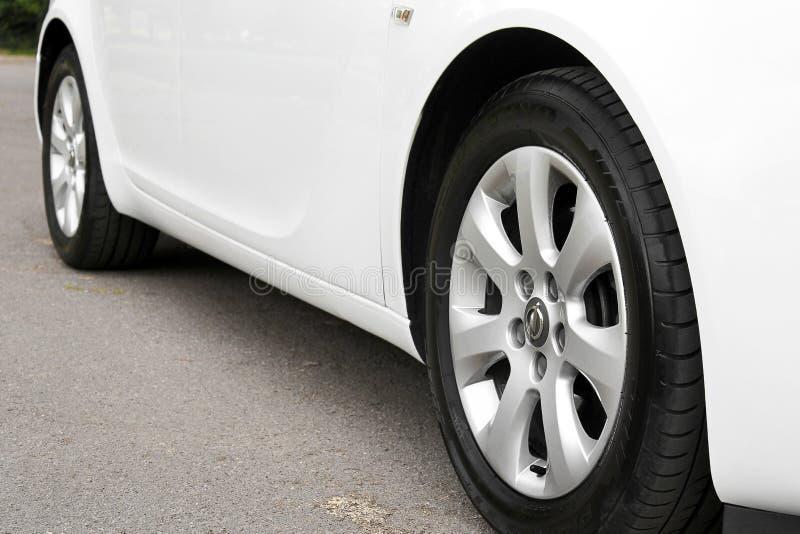 Kiev Ukraina - Juli 2, 2018: Vit Opel Insignia, sikt av bilen fr?n botten Bilhjul st?nger sig upp p? en bakgrund av asfalt arkivbilder