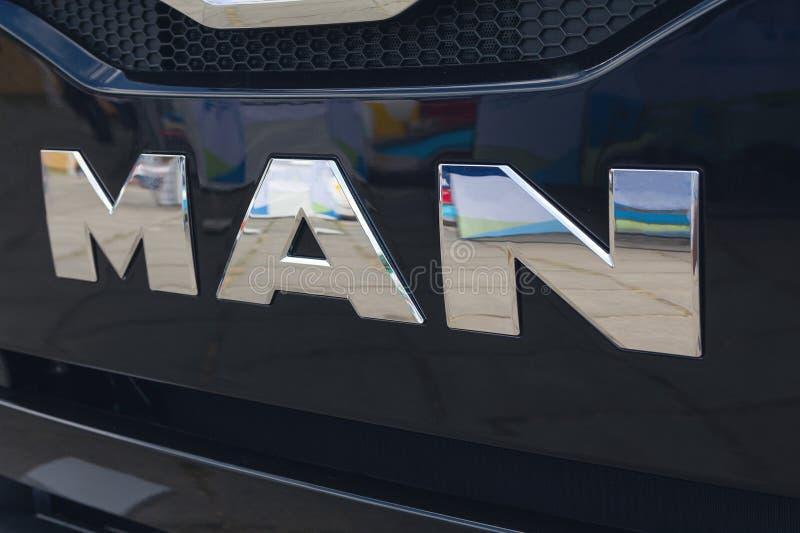 Kiev Ukraina - Juni 08, 2018: Logotyp av lastbilMANNEN på bilen royaltyfri bild