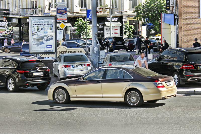 Kiev Ukraina Juni 10, 2017 Mercedes-Benz S-grupp W221 Carlsson Guld- Mercedes i rörelse royaltyfri foto