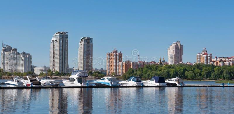Kiev Ukraina - Juni 01, 2018: Segla yachter och privata fartyg på en pir i floden yachter i golfen i flodport i arkivbild