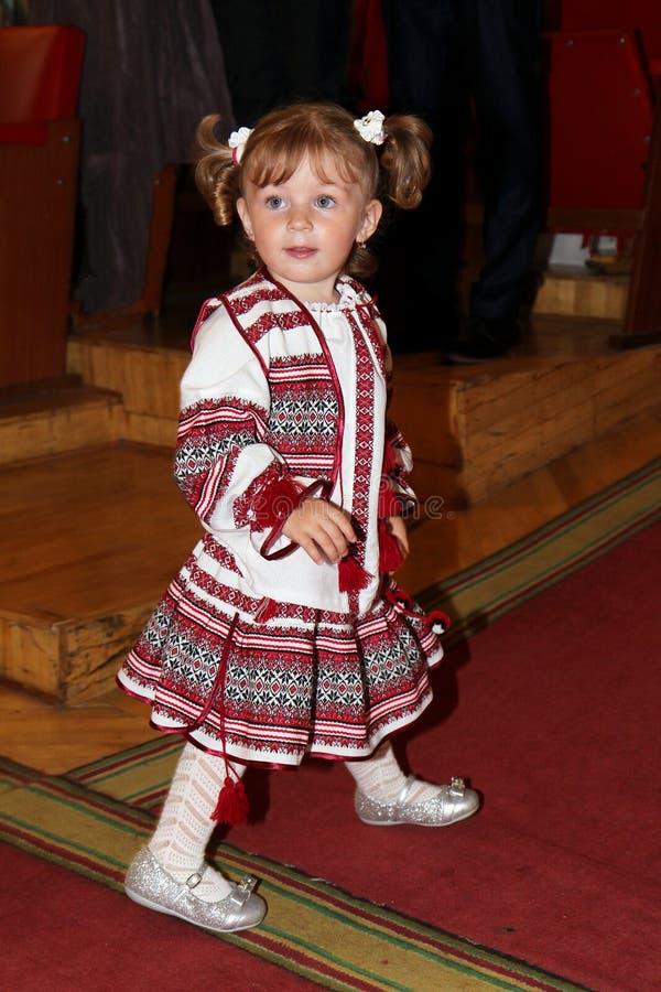 Kiev Ukraina, 21 05 2014 lite flicka i en nationell ukrainsk dräkt arkivfoton