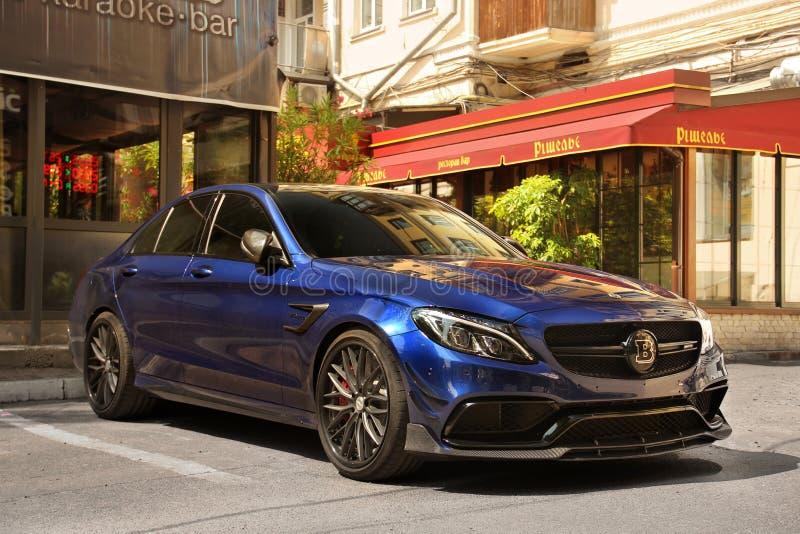 Kiev Ukraina - Maj 3, 2019: Bl?a Mercedes Brabus som parkeras i staden royaltyfria foton