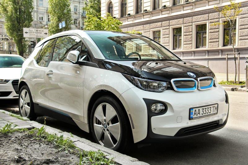 Kiev Ukraina - Maj 3, 2019: BMW i3 elbil i gatan fotografering för bildbyråer