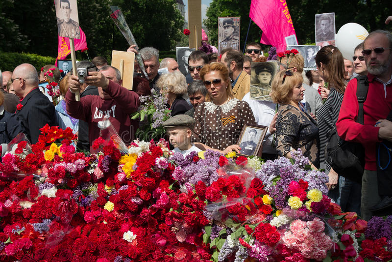 Kiev Ukraina - Maj 09, 2016: Deltagare av det odödliga regementet för handling med stående av döda släktingar - soldater royaltyfri bild