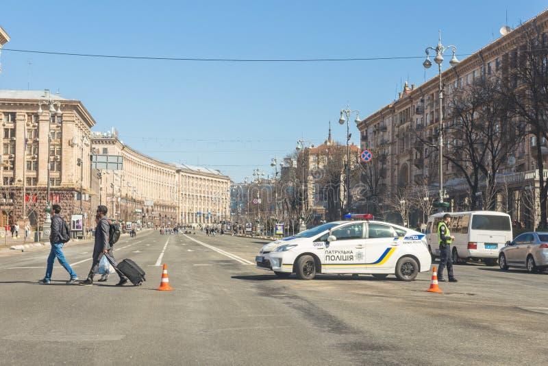Kiev Ukraina - Maj 06, 2017: Den centrala gatan av ukrainska huvudKyiv Khreschatyk stängde sig för trafik med polisbilen och arkivfoto