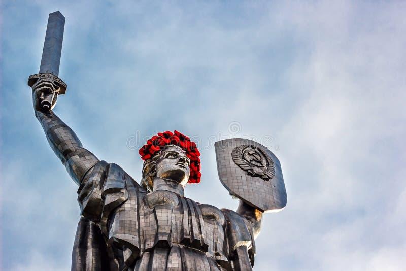 KIEV UKRAINA - MAJ 09: Fäderneslandmonumentet också som är bekant som Rodina-Mat som dekoreras med den röda vallmoblommakransen p arkivfoto