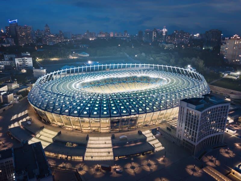 Kiev Ukraina - Maj 21: Flyg- nattsikt av Olimpiyskiy nationella sportar som är komplexa i Kiev arkivfoton