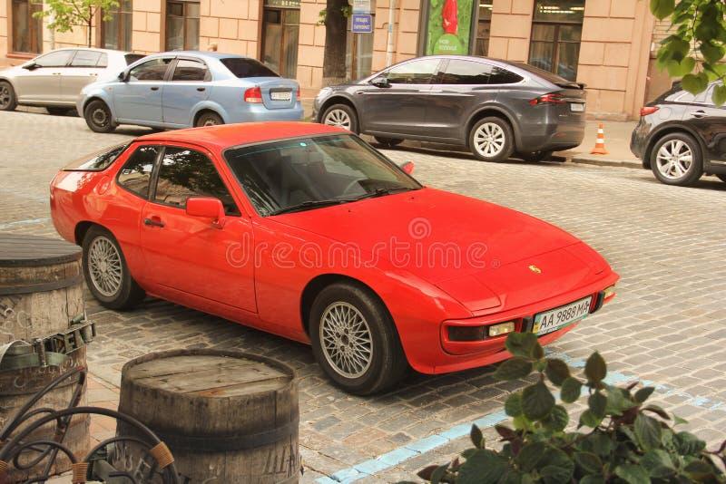 Kiev Ukraina - Maj 3, 2019: Gammal Porsche bil i staden arkivfoton