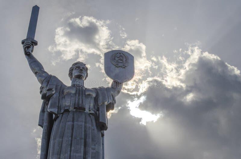 KIEV UKRAINA - Maj 7, 2017: Monumental staty av fäderneslandet royaltyfri foto