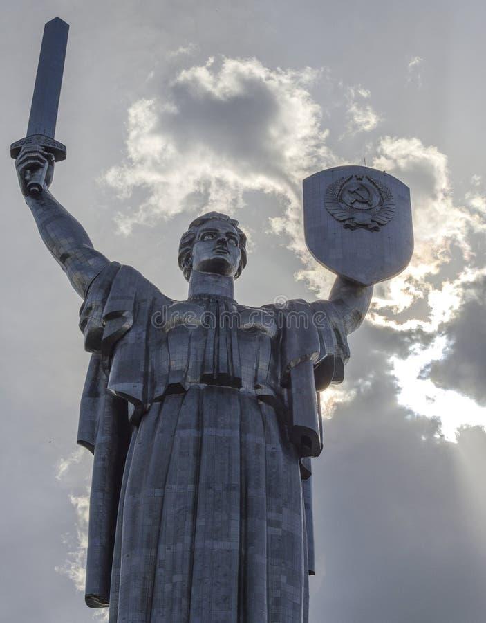 KIEV UKRAINA - Maj 7, 2017: Monumental staty av fäderneslandet fotografering för bildbyråer