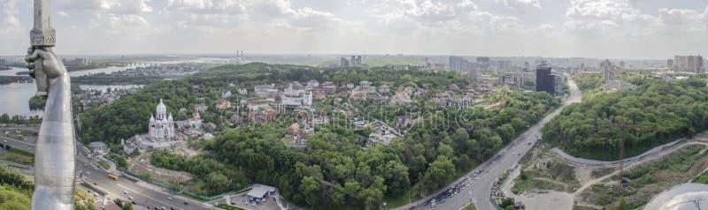 KIEV UKRAINA - Maj 7, 2017: Panorama av staden från observationsdäcket på monumentfäderneslandet fotografering för bildbyråer