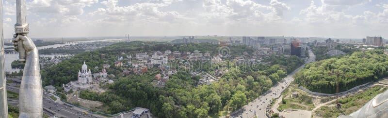 KIEV UKRAINA - Maj 7, 2017: Panorama av staden från observationsdäcket på monumentfäderneslandet royaltyfri bild