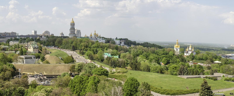 KIEV UKRAINA - Maj 7, 2017: Panorama av staden som förbiser Kieven Pechersk Lavra arkivbild
