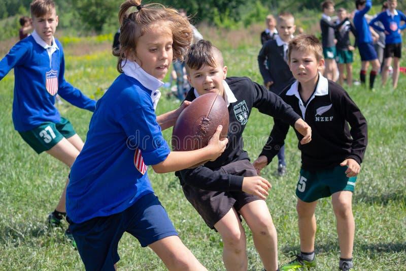 Kiev Ukraina - Maj 9, 2018: Rugby för barnlek i retro form på festivalen arkivfoton