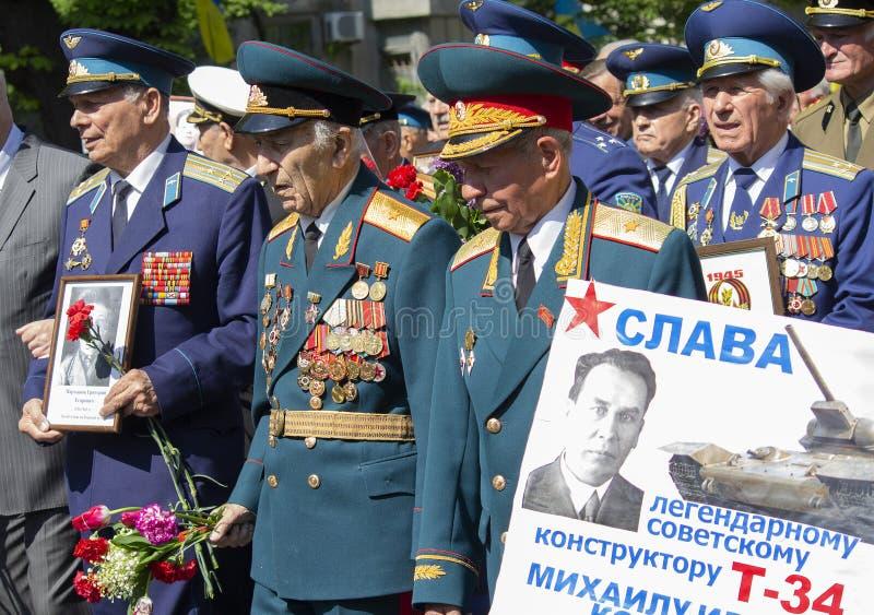 Kiev Ukraina - Maj 09, 2016: Veteran för världskrig som II marscherar till gravvalvet av den okända soldaten royaltyfria foton