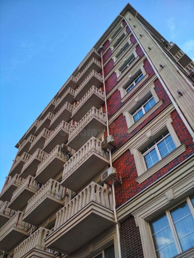 KIEV UKRAINA - MARS 12, 2019: Fragment av en byggnad i en elit bostads- komplexa New England fotografering för bildbyråer