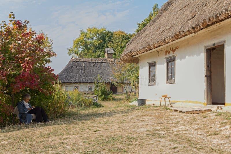 Kiev Ukraina - Oktober 06, 2015: Äldre kvinna - vaktmästare i museum av arkitektur och liv Pirogovo arkivfoto