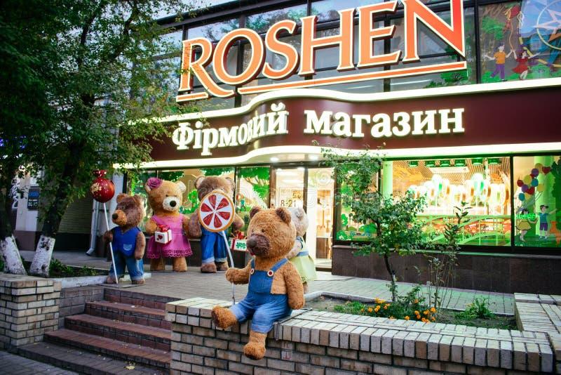 KIEV UKRAINA, 19 Oktober: björnar nära show-fönstret av den Roshen märkeskonfekten shoppar Roshen Konfekt Korporation royaltyfri bild