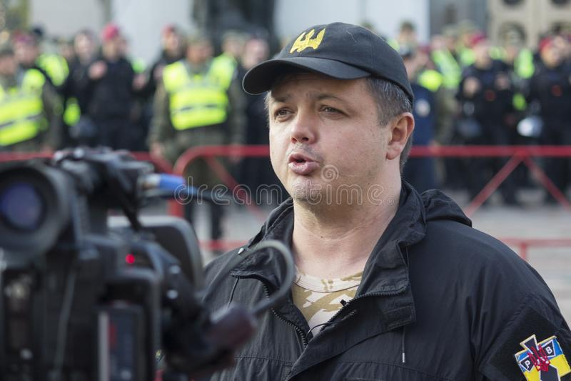 Kiev Ukraina - Oktober 18, 2017: Ersättaren och den välkända aktivisten Semyon Semenchenko för folk` s ger en intervju för Verkho fotografering för bildbyråer