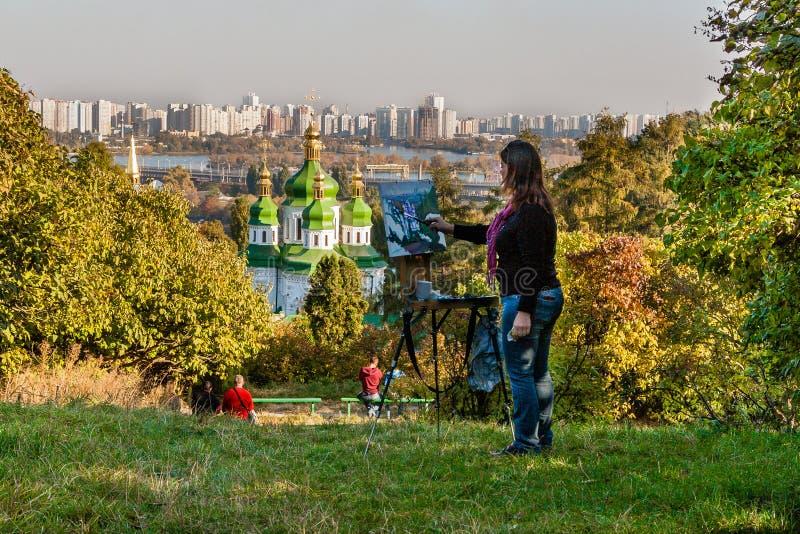 KIEV UKRAINA - OKTOBER 11, 2014: Flickan målar en bild på en bac fotografering för bildbyråer